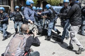 Cariche e nuovo sgombero, i movimenti occupano Municipio VIII