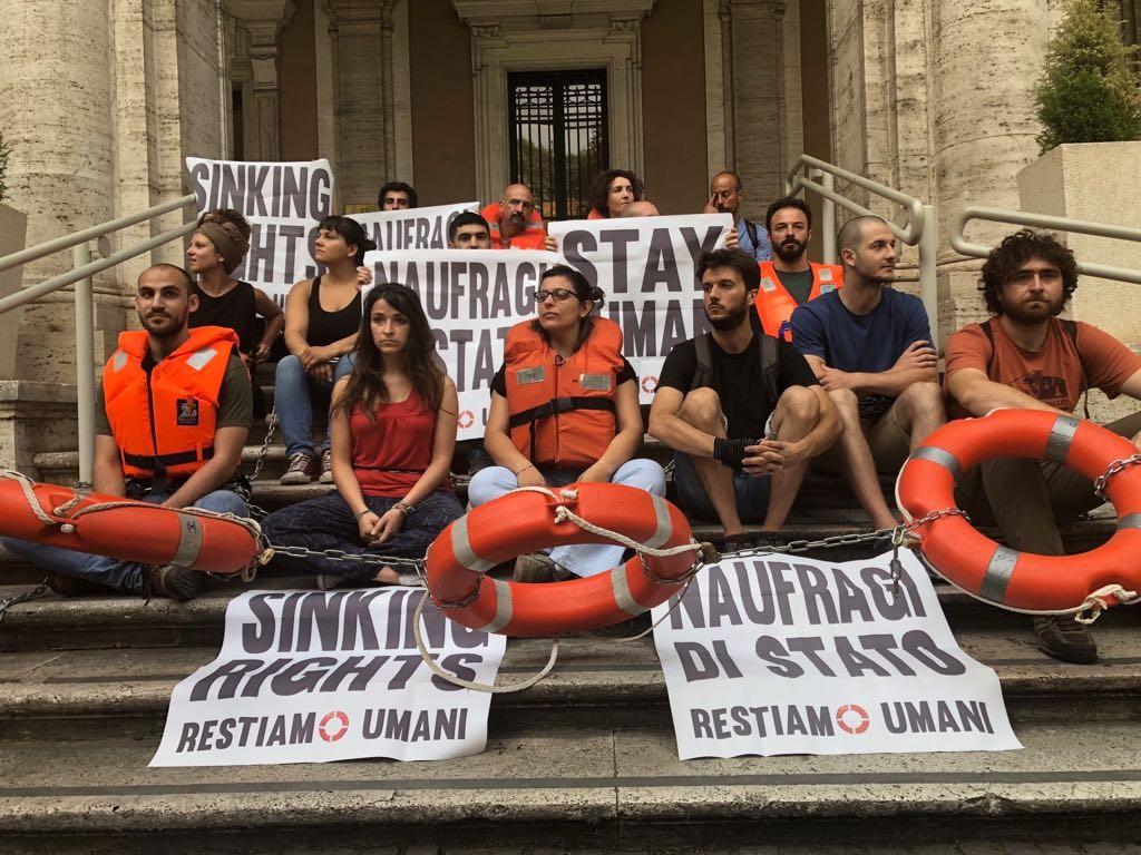 Decine di attivisti rete #restiamoumani bloccano ingresso ministero dei trasporti